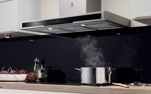 Sử dụng máy hút mùi là một việc làm cần thiết để loại bỏ những mùi khó chịu trong nấu nướng